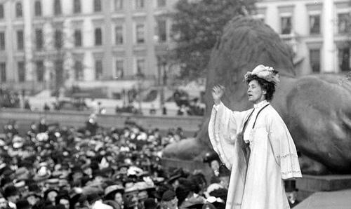 La sufragista Emily Pankhurst dando un discurso en Trafalgar Square, Londres 1908.
